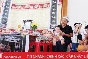Mẹ mất vì tai nạn giao thông, bé 9 tháng tuổi khóc ngặt vì khát sữa