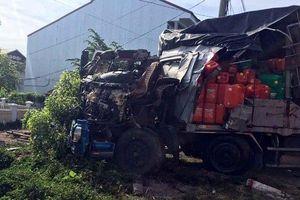 Ô tô tải vỡ nát sau va chạm với xe đầu kéo, tài xế may mắn thoát chết
