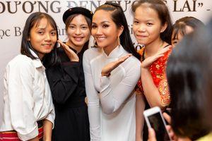 Hoa hậu H' Hen Niê vừa đầu trọc đã lại tóc dài