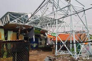 Lốc xoáy làm sập và tốc mái hơn 200 căn nhà ở Long An, 2 người bị thương