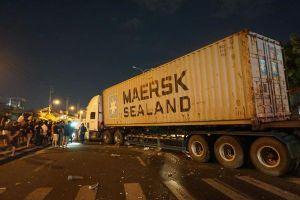 Cả gia đình đi ăn cưới về bị container mất lái đâm trúng, 4 người thương vong