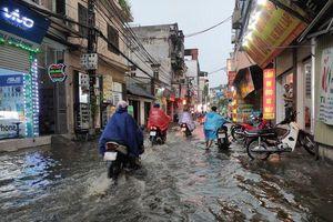 Mưa to gió lớn biến nhiều tuyến đường Hà Nội thành sông, người dân vật vã vì ách tắc