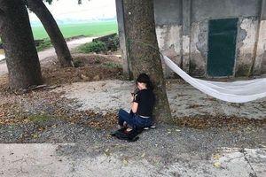 Bị đuổi khỏi nhà vì trượt tốt nghiệp, nữ sinh ngồi một mình ở ven đường giữa buổi trưa nắng nóng gần 40 độ gây tranh cãi