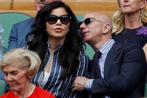 Vừa ly hôn, tỷ phú Jeff Bezos công khai hôn bạn gái tại sự kiện