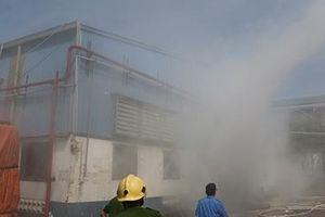 Kho chứa hàng hóa bốc cháy, hàng trăm công nhân hoảng loạn