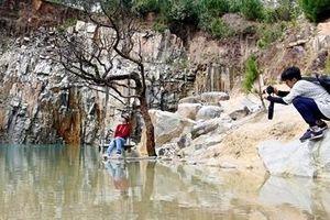 Bất chấp lệnh cấm, du khách vẫn kéo đến vũng nước đọng 'tuyệt tình cốc'