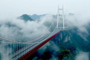 Cầu treo 'vờn mây' đẹp như tiên cảnh ở Phượng Hoàng cổ trấn