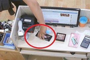 Giả làm khách hàng, lấy cắp điện thoại rồi tiếp tục mua hàng