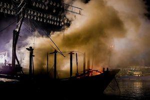 Tàu cá bốc cháy dữ dội trong đêm