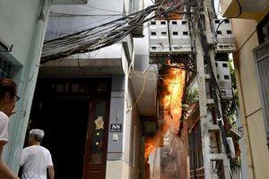 Kinh hãi xem căn nhà 4 tầng ở Hà Nội bất ngờ bốc cháy ngùn ngụt