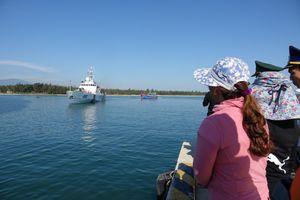 Cứu nạn thành công 6 ngư dân và tàu cá hỏng máy trên vùng biển Hoàng Sa