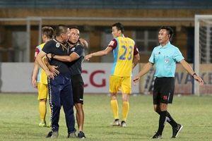 Lao vào sân định 'xử' trọng tài, HLV Hà Nội bị cấm chỉ đạo 2 trận