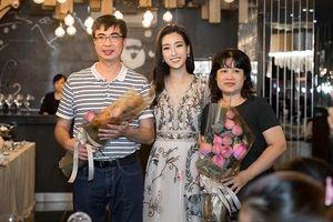 Hoa hậu Đỗ Mỹ Linh cùng mẹ đi đăng ký hiến tạng