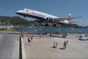 Xem máy bay hạ cánh sát rạt đầu du khách