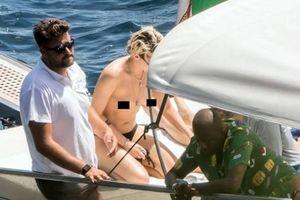 Kristen Stewart phơi ngực trần khi đi chơi biển cùng người yêu đồng giới
