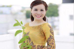 'Nữ hoàng' Kim Chi đẹp dịu dàng trong tà áo dài hoàng gia