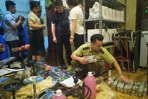 Đồng loạt kiểm tra quán bar trên địa bàn quận Hoàn Kiếm, bắt nghi can sát hại vợ cũ trong cửa hàng