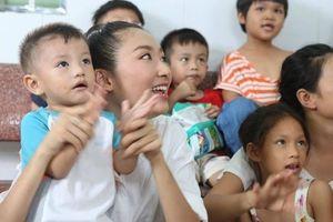 Thoát vẻ lộng lẫy, người đẹp Miss World Vietnam lăn xả làm thiện nguyện