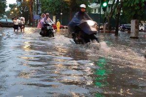 Mưa như trút nước, người dân Thủ đô 'lặn lội' vượt 'ngập' giờ tan tầm