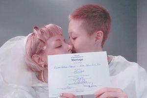 Con gái Thành Long vất vả làm thuê nuôi bạn đời đồng tính