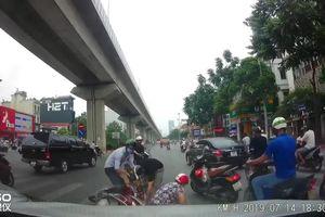Suýt bị xe buýt cán chết vì rẽ xe máy không quan sát