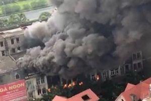Cháy lớn gần khu Thiên đường Bảo Sơn, nhiều căn hộ liền kề bị thiêu rụi