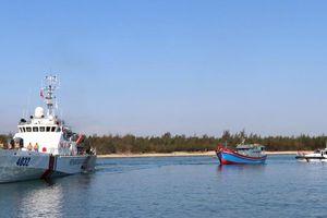 Tàu cá bị mắc cạn ở vùng biển quần đảo Hoàng Sa được lai dắt về bờ an toàn