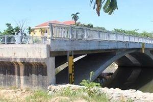 Yêu cầu chủ đầu tư làm đường dẫn hai đầu cầu Lợi Nông