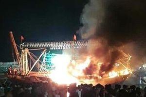 Cháy tàu đánh cá khi đang neo đậu trong khu vực cảng