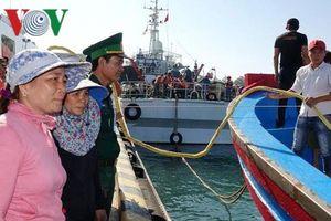 6 ngư dân bị nạn ở Hoàng Sa vào bờ trong niềm vui vỡ òa của người thân