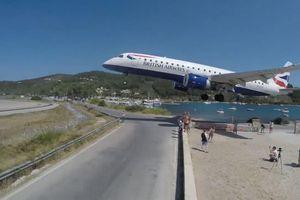 Máy bay sượt qua đầu đám đông khi hạ cánh