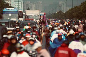 Mưa lớn kéo dài, người Sài Gòn bì bõm lội nước về nhà