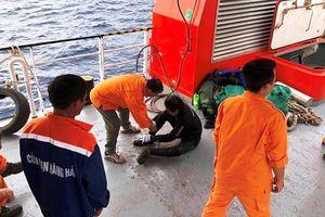 Đưa hai thi thể ngư dân gần nơi tàu cá bị đâm chìm vào bờ