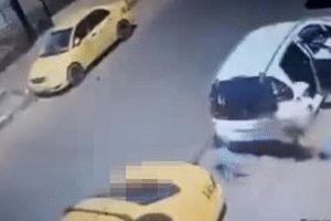 Bé trai 2 tuổi bị xe tải tông vào sau khi buông tay mẹ chạy ra đường