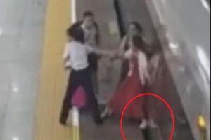Lỡ chuyến, nữ hành khách Trung Quốc dùng chân ngăn tàu chạy