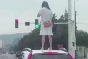 Người phụ nữ nhảy lên nóc ô tô giậm chân chống đối chồng và cái kết bẽ bàng