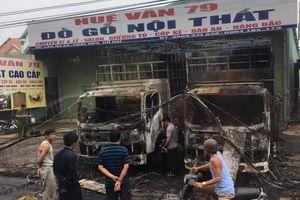 Đồng Nai: 2 xe tải đậu trước nhà bỗng dưng bốc cháy trong đêm