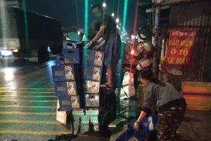 Xe chở bia đổ giữa đường Sài Gòn: 'Hôi của' đến cả vỏ bia cũng lấy!