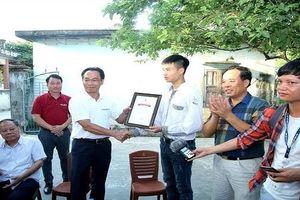 Thủ khoa Xứ Thanh được Hiệu trưởng Đại học Bách khoa Hà Nội về tận nhà trao học bổng
