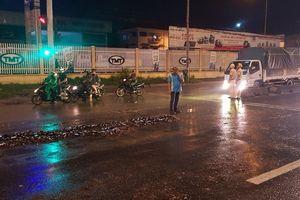 CSGT thu dọn hàng trăm chai bia đổ vỡ trên quốc lộ 1