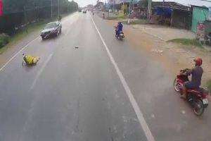 Qua đường thiếu quan sát, người phụ nữ bị ô tô tông văng lên nắp capo