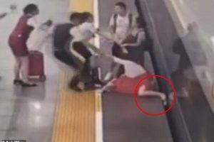 Người phụ nữ lăn ra ăn vạ, chặn không cho tàu chạy khi đến trễ giờ