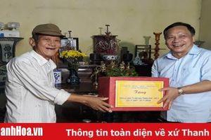 Đồng chí Phạm Thanh Sơn, Phó Chủ tịch Thường trực HĐND tỉnh thăm, tặng quà các gia đình chính sách huyện Hậu Lộc