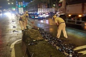 Xe chở bia gặp sự cố, hàng loạt chai vỡ văng tung tóe trên QL1