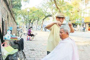 Quán cắt tóc bên đường