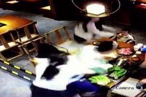 Đang ăn tối cùng bạn, nam thanh niên bị hất cả nồi lẩu vào người
