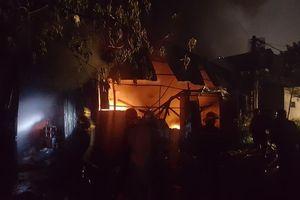 Cháy lớn thiêu rụi xưởng đồ nhựa, người dân hoảng loạn bỏ chạy