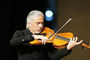 Stéphane Trần Ngọc với cây đàn 300 tuổi