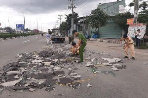 CSGT Bình Dương dọn ngói rơi trên đường tránh tai nạn cho người dân