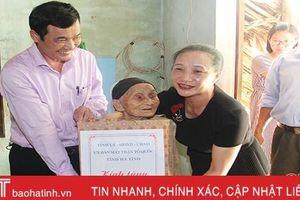 Chủ nhiệm UBKT Tỉnh ủy Nguyễn Thị Gái tặng quà các gia đình chính sách ở Đức Thọ